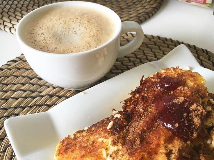 Наконец закончились мои 2 кг творога  На завтрак сырники на кукурузной муке с корицей и безуглеводным джемом (про него напишу отдельно). Неделю точно я творог видеть не хочу))) с кофе тоже надо завязывать хоть моя кофемашина и делает некрепкий кофе а так кофейные напитки. И я всегда разбавляю молоком ещё. Но кофеин далеко не помощник в похудении и построении мышц (особенно после тренировки в течение двух часов никаких кофе чая шоколада какао и даж шоколадный протеин не стоит пить) разве что…