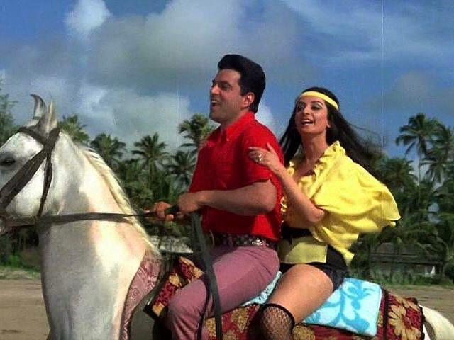 #muvyz051017 #BollywoodFlashback #couplegoals #whichmuvyz #guessthemovie #Dharmendra #SairaBanu #instadaily #instagood #instapic #muvyz