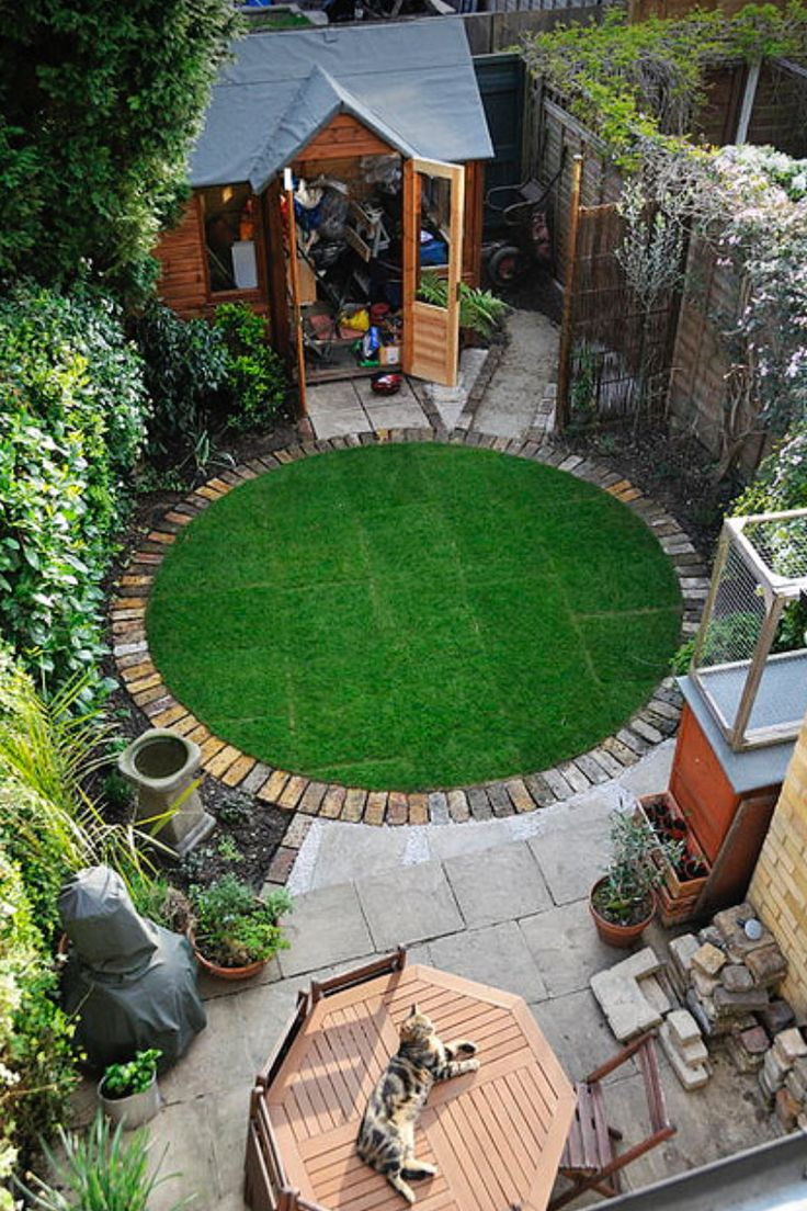 the unifying power of a circle : circular lawn with a brick border.