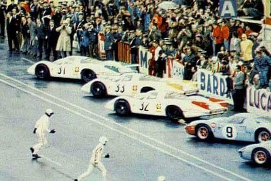 1968 24 Hours of Le Mans : The winner Pedro Rodriguez running to jump in Ford GT40 (#9) at the start of the race, (ph: sundaydriver47.com)