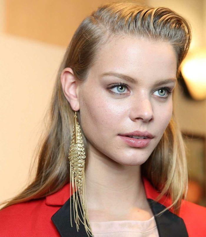 schmink ideen dezent blonde brau mit hellen augen braucht nicht viel schminke um toll auszusehen lange goldene ohrringe