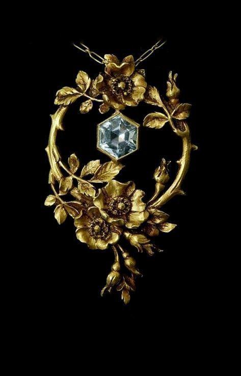 Art Nouveau gold and aquamarine pendant c. 1900. #GoldJewelleryArtNouveau