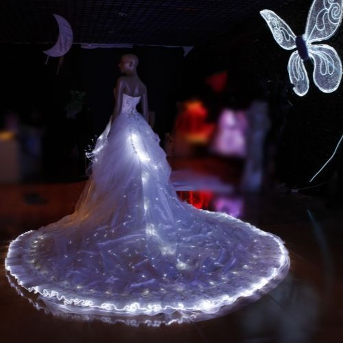 une robe de mariée illuminée grâce à de la LED. Et pour rendre la lumière plus subtile, remplacer les minis ampoules par de la fibre optique craquelée, alimentée via un mini générateur LED et ainsi votre robe d'un soir se transformera en robe d'une reine des plus beaux contes de fée et de princesses ! Au point que Cendrillon, Blanche-Neige et la Belle au Bois dormant vous envieront !