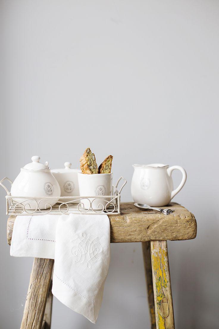 Белая посуда также как и белый жемчуг считается очень универсальным украшением – она к лицу любому интерьерному стилю.
