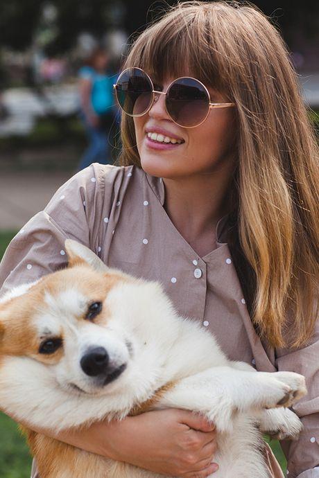 Фото - Corgi lookbook девушка в платье Черешня с собакой на руках, 460