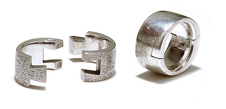 Fede-Angelo Mangiarotti Fede, Vera Laica, 2000 argento 2 x 2,5 cm Collezione Efrem Milia, Milano Sala Design - II Edizione 2017 - 2018 - Museo del Gioiello Vicenza