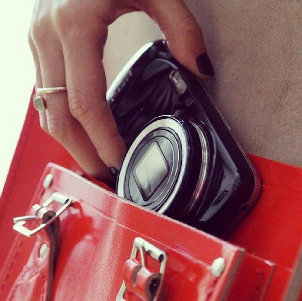 Le #GalaxyS4Zoom se glisse facilement dans vos plus beaux sacs ! #Samsung #Galaxy #Style #Sac
