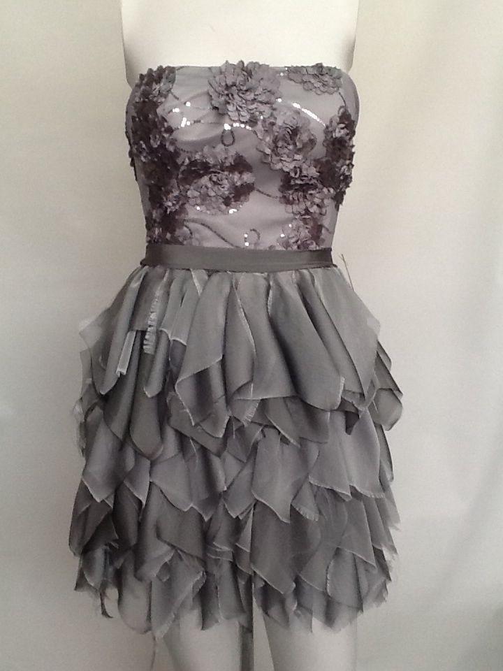 Vestido corto en tul bordado en lentejuela y flores, falda en textura de shiffon  de seda con adorno de cinturón en seda cruda.