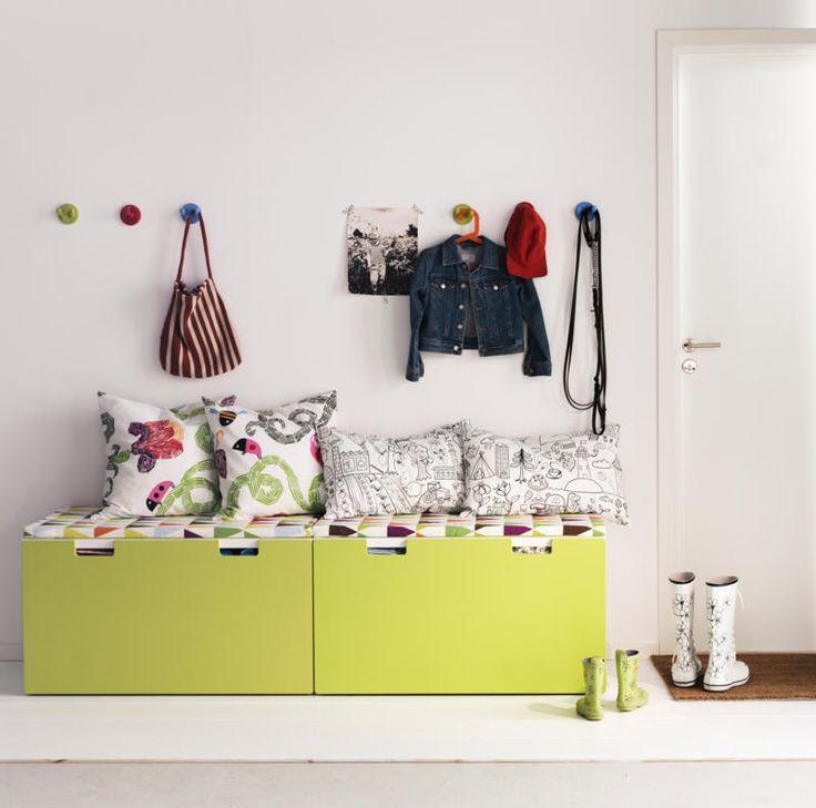 Wer Kinder hat, braucht in der Wohnung viel Stauraum. Deshalb ist es schlau, Möbel zu wählen, die hübsch aussehen und viel Platz bieten. In den Schubladen einer Sitzbank im Flur lässt sich unglaublich viel verstauen und gleichzeitig ist die Sitzfläche eine Hilfe für die ersten Versuche zum Schnürsenkelbinden.
