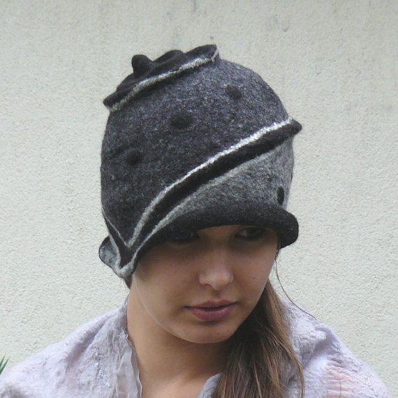 Vilten hoeden voor vrouwen of meisjes. Handgemaakte vilten techniek. Zeer goede kwaliteit Australische merinowol, die zacht en licht van gewicht. Unieke, leuke mode-accessoire. Kleur: zwart De vilten hoed Maat: 21,5-22 inc, 55-56cm gemiddelde vrouwelijke hoofd. De hoed ik weet kan je de grootte eenvoudig converteren.