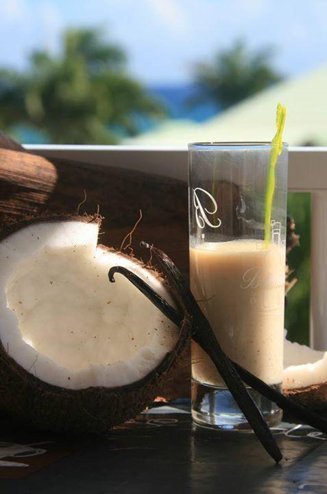 PUNCH COCO PÉYI  Recette  Ingrédients - 500 ml de rhum blanc (50/55°) - 800 ml de lait de coco en boite - 400 ml de lait concentré sucré - 100 Gr de sucre de canne en poudre - 1 c à cafè de gingembre en poudre - 1 c à café de cannelle en poudre - 2 gousses de vanille - 1 pincèe de noix de muscade
