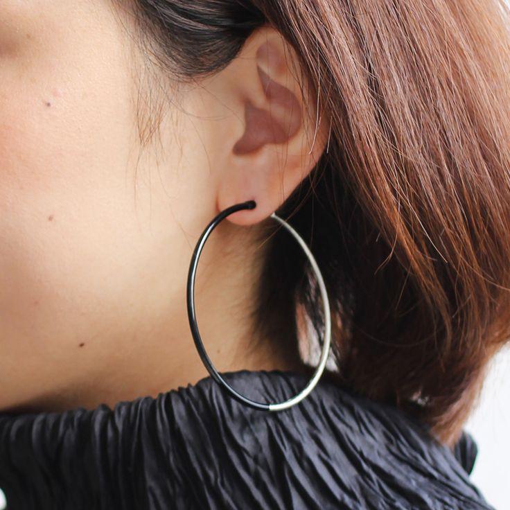 身につける漆 蒔絵のアクセサリー 金属製 ピアス リング6.3 黒色 坂本これくしょんの艶やかで美しくとても軽い「漆塗りのアクセサリー」より、漆で仕上げたスタイリッシュでかわいらしい真丸のリングの形をした ウェアラブル 漆 アクセサリー wearable URUSHI accessories Pierce ring 6.3 black color 深みのある大人の黒に片側半分だけ、プラチナ箔を使っておしゃれに仕上げたデザインです。漆黒の黒とプラチナ箔のコンビネーションをお楽しみください。  #漆アクセサリー #漆のアクセサリー #漆ジュエリー #軽いアクセサリー #漆のピアス #Piercing #Jetblack #漆黒ピアス #かわいらしいピアス #金属製ピアス #黒色とプラチナ箔 #wearable #ウェアラブル漆 #漆塗り #軽さを実感 #坂本これくしょん #耳が痛くない
