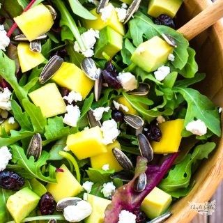 směs salátových listů s mangem a jogurtovým dresinkem