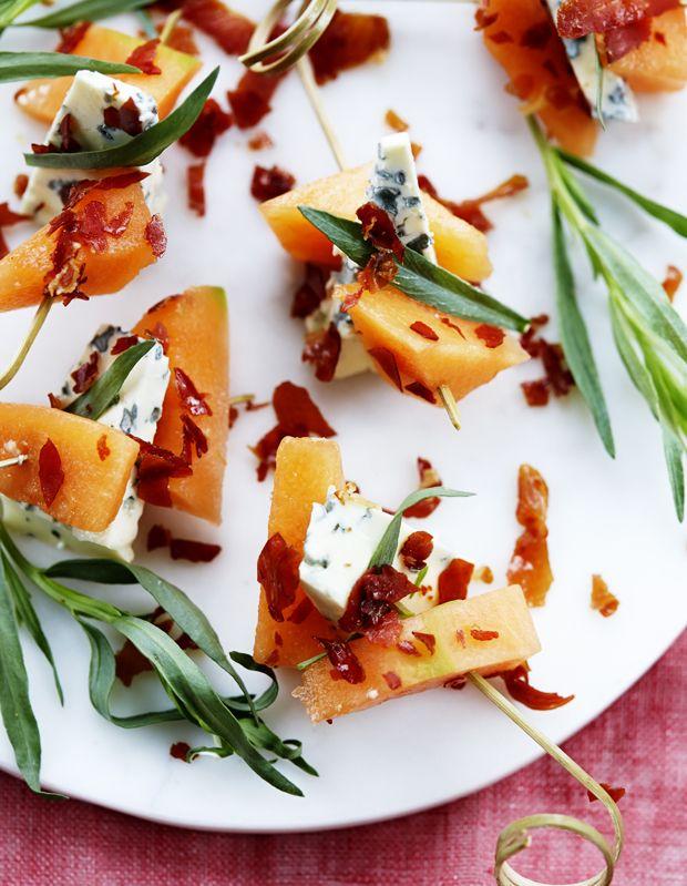 Sæt sprødristet parmaskinke på spyd sammen med melon og ost, og servér spyddene som forret eller del af en sommermenu.
