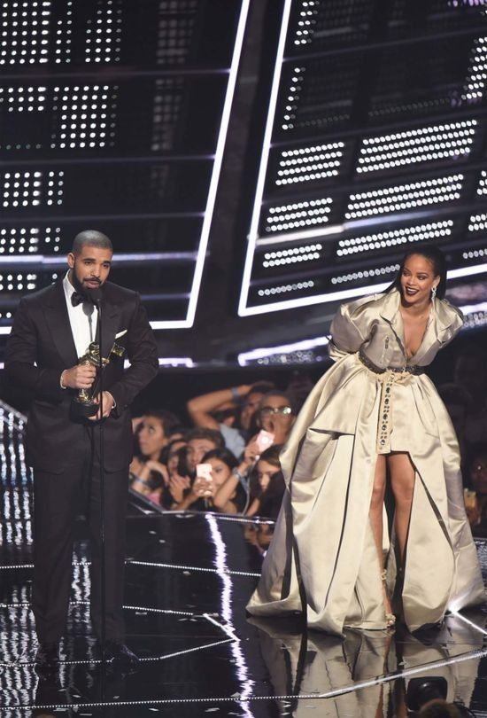 16 times Drake and Rihanna's love was all we needed at the 2016 VMAs - Vogue…