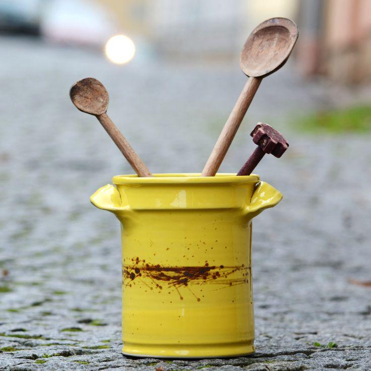 """vařečkovník Karel - Spadané listí Tak a je tu další nezbytný kuchyňský pomocník. Také máte rádi v kuchyni vše na svém místě tak, aby se Vám na lince nic nepletlo. Tak právě pro Vás je tu kameninový, ručne točený vařečkovník Karelz rodinky """"Spadané listí"""" výška je cca 15 cm šířka v nejširším místě: cca 11 cm páleno 1250 C Vhodné do myčky i mikrovlné ..."""