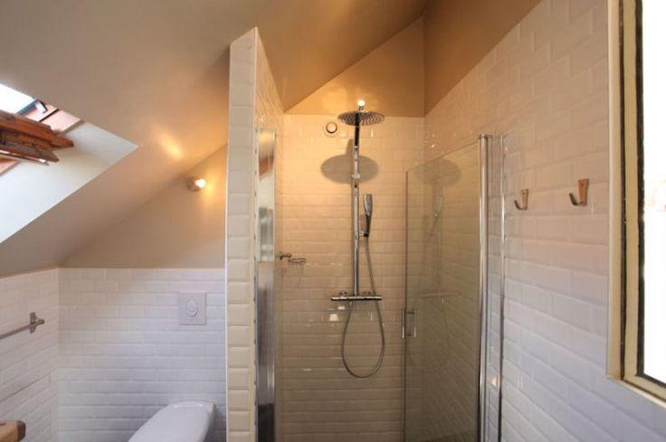 Carrelage immacul dans la salle d 39 eau sous les combles un nid pour deux journal des femmes for Comfemme nue dans la salle de bain