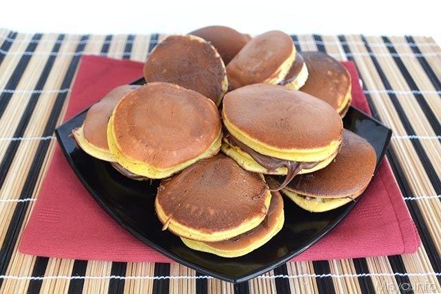 I dorayaki sono dei dolcetti giapponesi preparati con un impasto simile a quello del pan di spagna cotto però in padella nella forma tonda tipo pancakes e