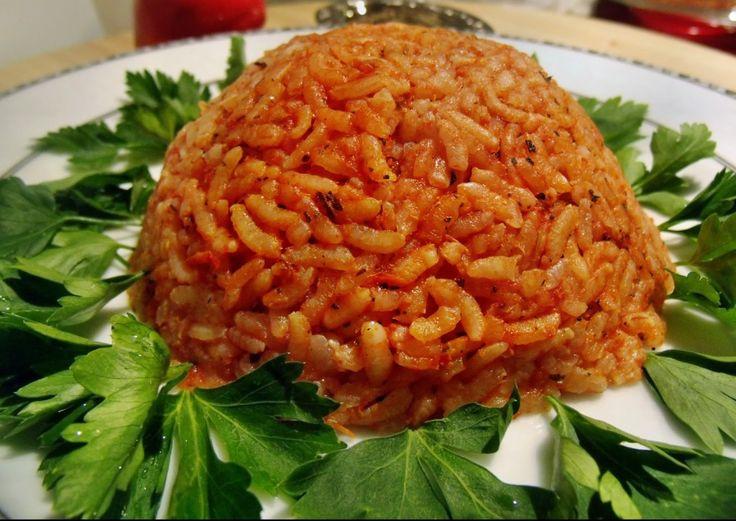 Domates soslu pilav tarifi domatesli pilavdan çok daha farklıdır. Bu nedenle damakta bırakacak tadı da farklı olacaktır.
