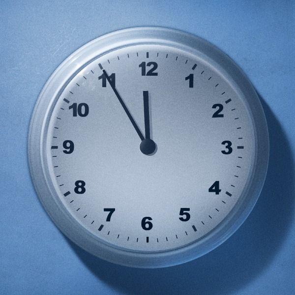 Un orologio segna le 11:55