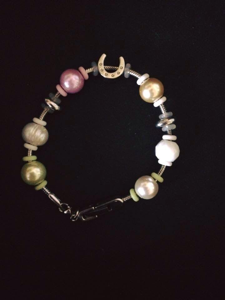 Tämän MAGNETIX rannekorun koristelin helmillä ja amuleteilla.  Blogspot Helinetix magneettikorut