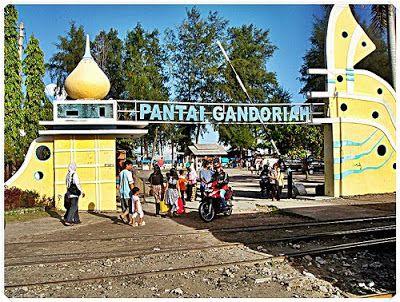 Pantai Gandoriah berjarak sekitar 60 km dari Kota Padang merupakan pantai dengan hamparan pasir putih yang dibalut hembusan angin sepoi serta gugusan pulau-pulau kecil.