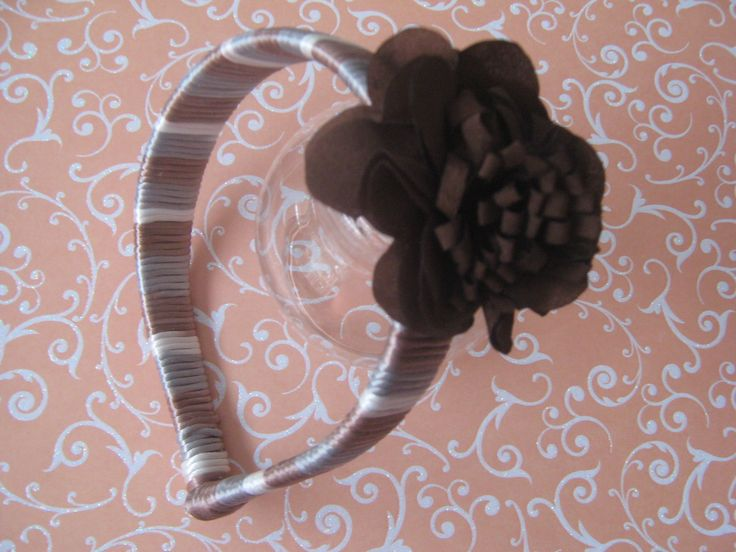 This hair headband is wrapped with shades of brown cord. Good for any girl or lady and also for any occasion. Esta balaca esta envuelta con cordón en tonos café. Genial para niñas y señoras.