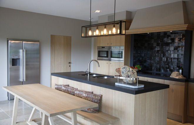 landelijke keuken met eiland. Bekijk dit project op: http://www.interieurdesigner.be/projecten/detail/landelijke-villa-inrichting