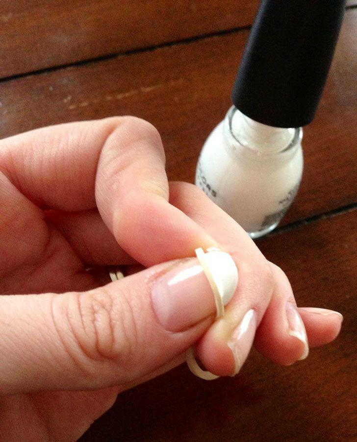 Usa un elástico para crear el efecto de la manicure francesa