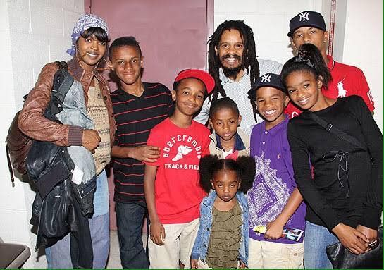 Beautiful photo of Lauryn Hill with her husband Rohan Marley and their children... this is an old photo because their kids have grown so fast.