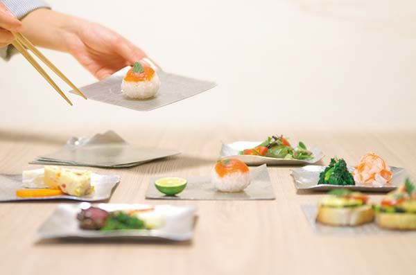 Make every meal fun with the Suzugami flexible tin plate that molds like origami.