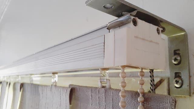طريقة اصلاح الستائر الرول المقال يتناول طريقة اصلاح الستائر الرول طريقة تركيب الستائر الرول كيفية اصلاح الستائ Home Renovation Ceiling Lights Renovations
