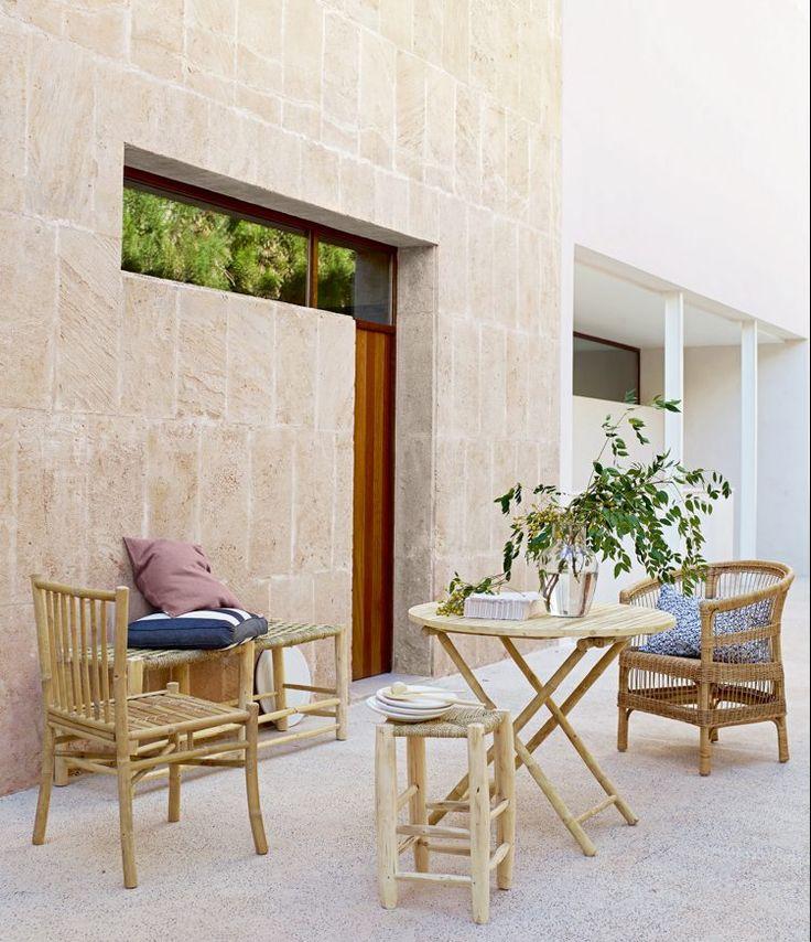 Skandinavische Terrasse gestalten-bambusmöbel-sitzecke-draußen