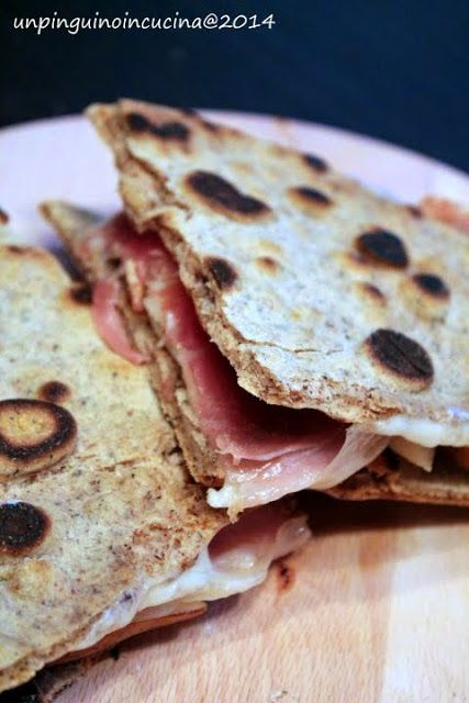 Un pinguino in cucina: Piadine di grano saraceno con prosciutto crudo, formaggio e pere - Buckwheat Flatbread with Smoked Ham, Cheese and Pears