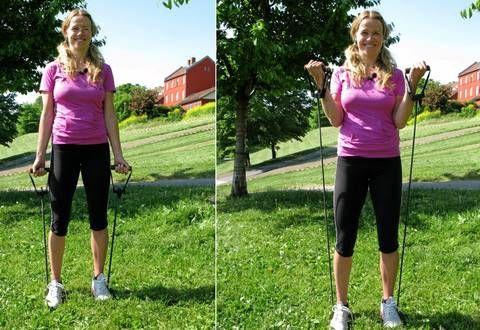 STERKE ARMER: Hold armene stødig inn til kroppen og løft strikken opp.