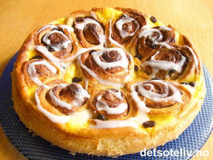 """Prinsessekake"" er en NYYYDELIG kake laget med gjærdeig som fylles med kanel, smør, vaniljekrem og rosiner. Kaken glaseres med melisglasur. En klassiker som står seg ved alle anledninger!"