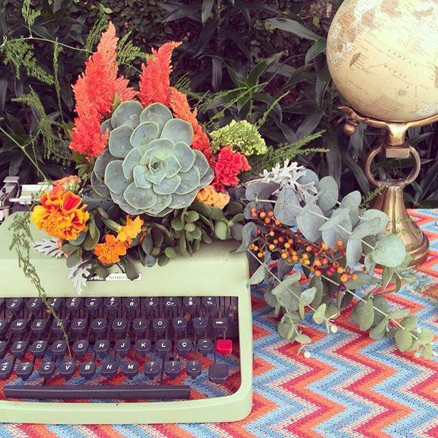 A ideia começou com um livro pros convidados escreverem seus votos aos noivos. Mas pra isso, precisávamos de uma mesinha. Então tá, vamos colocar lindeza nisso? Acrescentamos uma máquina de escrever de 1920 e um arranjo de flores lindo. Depois fizemos uma toalha de tricô das cores do casamento e colocamos também nosso Globo vintage ali. E cadê o livro? Deve tá na mão de algum convidado... #ohlindeza #conceptwedding #wedding #casamento #weddingdecor #decoracaodecasamento #decor #pattern…
