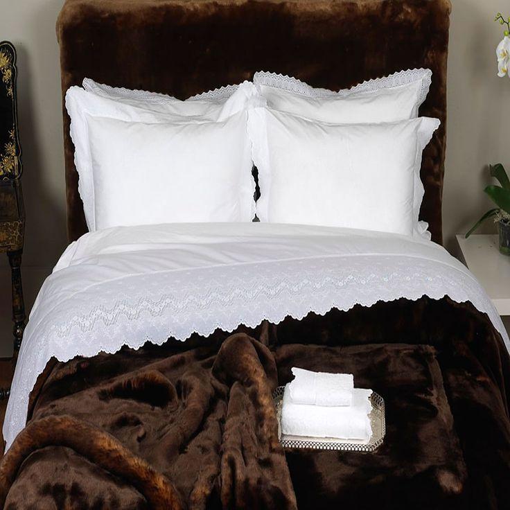 Juego de sábanas de algodón 100% de alta calidad, decorada con puntilla de bordado suizo de 25 cm de ancho. Una de las más elegantes y románticas sábanas de nuestra tienda. Algodón peinado de alta calidad, una sábana exclusiva y excepcional. Recuerda que puedes personalizar las sábanas bordando tus iniciales. Puedes comprar estas sábanas en nuestra web: www.lagarterana.com