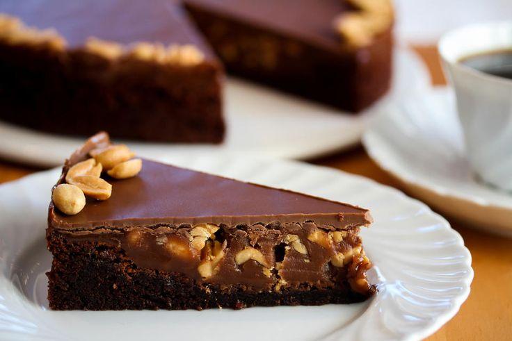 Dette er en spennende og veldig populær sjokoladekake som smaker som Snickers! Kaken består av en mektig og litt bløt sjokoladekake som dekkes med myk peanøttkaramell og melkesjokoladeglasur. Utrolig deilig kombinasjon!    Server kaken gjerne med en klatt pisket krem eller en kule vaniljeiskrem.    Oppskrift og foto: Kristine Ilstad/Det søte liv.