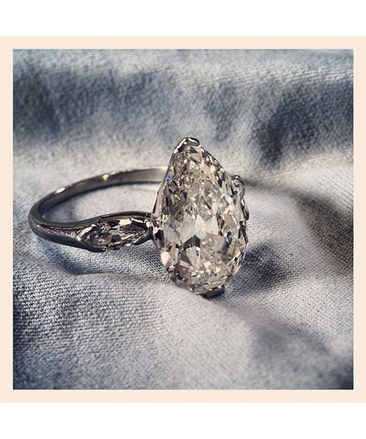 Shop beautiful pear-shaped vintage diamond engagement ring.