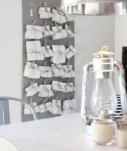 Advent calender: White paper bags on clothes pegs =) Adventskalender som går snabbt att slå in: Vita papperspåsar upphängda med klykor =)