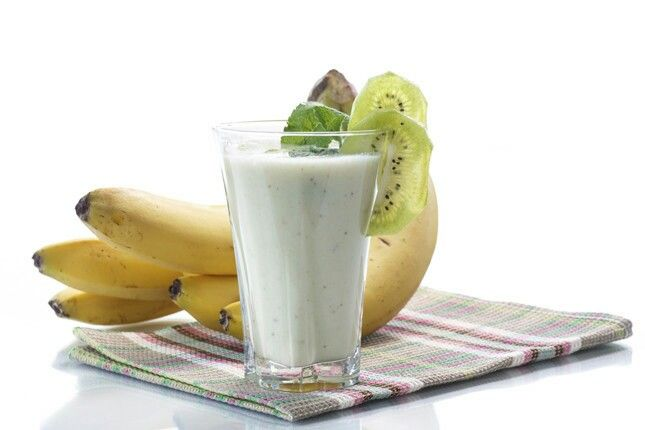 1 banana , 1 kiwi o 1 mela , 150 ml di latte o acqua , 1 cucchiaino di zucchero di canna , 1 cucchiaino di cannella :-)