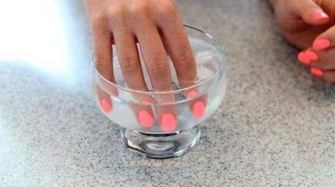 Vous cherchez une astuce pour faire sécher le vernis à ongles plus vite ? C'est vrai que c'est barbant d'attendre les doigts en l'air que ça sèche. Heureusement, il existe un ...