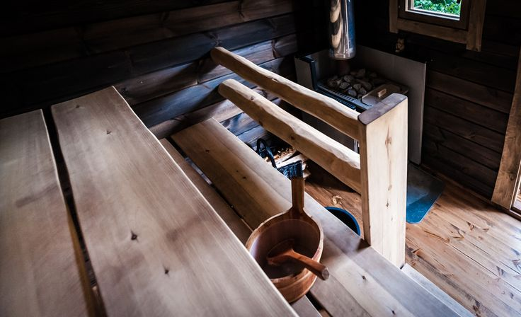 Kaikki puupinnat, kuten katto, seinät, lattia ja lauteet on valmiiksi käsitelty Salvoksen tehtaalla.