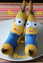 Ben je handig met een schaar? Maak dan deze Minions van een banaan! Helemaal niet moeilijk om zelf te maken. Grappig voor een traktatie of straks weer voor school. #Minions #traktatie #banaan Op deze site kun je de outfit gratis downloaden en printen: blog.partydelight...
