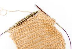 Abwechselnd mit dicken und dünnen Stricknadeln stricken