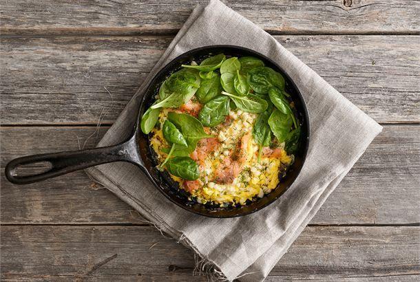 Avoin kylmäsavulohi-murumunakas ✦ Herkullinen munakas valmistuu nopeasti ja on täyttävä ruoka kovempaankin nälkään. http://www.valio.fi/reseptit/avoin-kylmasavulohi-murumunakas/