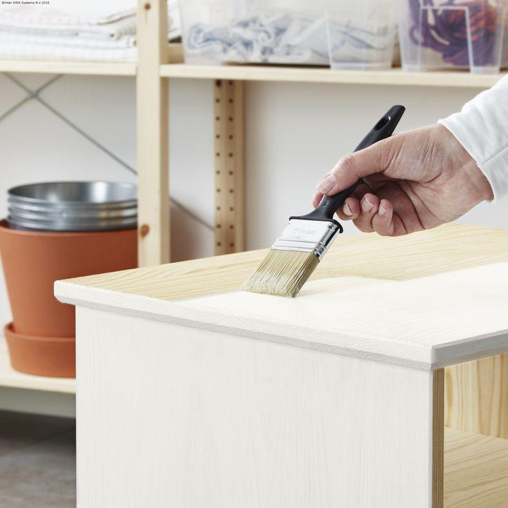 Dacă ai obiecte de mobilier din lemn netratat acasă, le poți da un plus de rezistență cu ajutorul unui lac.