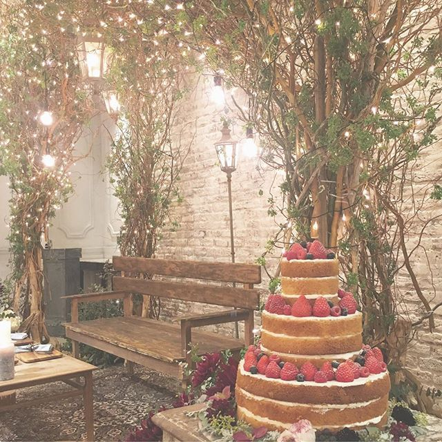"""*who we are is where we are* 公園のベンチを連想した高砂。 街灯のライトも立ててみたり。 ウェディングケーキは""""ナチュラル""""の キーワードにぴったりなネイキッドケーキ。 いちごもぴったりな時期 #TRUNKBYSHOTOGALLERY #weddingtbt #weddingcake #strawberry #rusticwedding #lighting #結婚式準備 #高砂 #高砂ソファ #公園のベンチ #ライティング #街灯 #ナチュラルウェディング #ガーデンウェディング #ウェディングケーキ #ケーキ入刀 #ファーストバイト #ネイキッドケーキ #いちご #いちご狩り #電球 #マーキーライト #フォトブース #フォトスポット #ウェディングフォト #ウェディングドレス #前撮り #後撮り #2016秋婚 #2017春婚"""