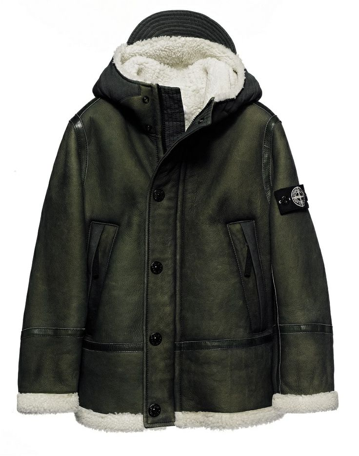 00139 Hooded sheepskin jacket, hand sprayed and waxed on the finished garment.  Diagonal pockets. Zip fastening.  Leather reinforcements on the bottom hem and sleeves. Hood with visor in cotton canvas. Hidden zip and button fastening.